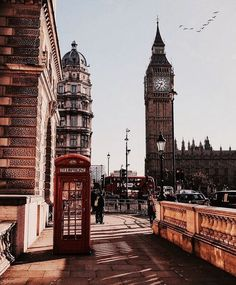 The city that is enlightenment to so many is proof that culture has space for everyone. A cosmopolitan city that carries tons of history, London has proved i London Eye, Pubs In London, London Photography, Travel Photography, Adventure Photography, London Travel Guide, The Places Youll Go, Places To Go, Cities In Europe