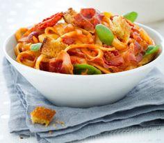 Recetas: Pasta con tomates 'cherry' y picatostes de cúrcuma