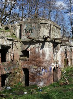 Abandoned military fort in Krakow Old Abandoned Buildings, Abandoned Property, Abandoned Mansions, Old Buildings, Abandoned Places, Spooky Places, Ghost Towns, Architecture, Old Houses