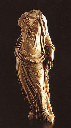 El peplos ..  En esta conocida vemos como vestían las mujeres sus túnicas. No confundir la pieza que esta ubicada por sobre el chiton con una toga. Esta es una palla.