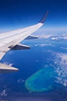 Impressive airplane window seat pictures that will blow your mind. Photo of Australia's Great Barrier Reef. Window Photography, Airplane Photography, Amazing Photography, Travel Photography, Great Barrier Reef, Airplane Window View, Airplane Wallpaper, New Travel, Travel Plane