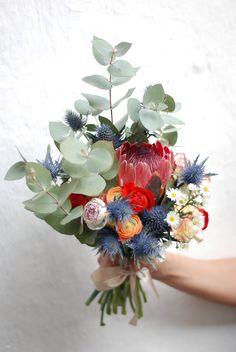 El ramo de Olivia  Proteas, ranúnculos y eucalipto. www.piccoleandcoccole.es