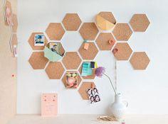 六角形にカットしたコルクボードをたくさん並べると、蜂の巣みたいなかわいい壁のアクセントになります。