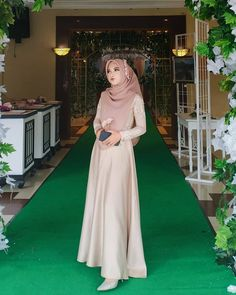Gambar mungkin berisi: 1 orang, berdiri dan pernikahan Dress Brokat Muslim, Dress Pesta, Muslim Dress, Hijab Dress Party, Hijab Style Dress, Dress Outfits, Gawn Dress, Kebaya Modern Dress, Kids Bridesmaid Dress