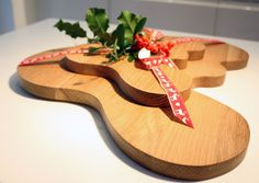ALVAR AALTO WOODEN SERVING PLATTER makes a beautiful Christmas gift for the food lover. The Iittala Aalto Wooden Oak Serving Platter is an incredibly functional piece that can be used as a serving-plate for desserts, dips and cheese.