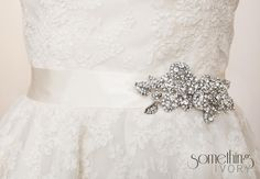 CARMEN  Bridal Wedding Sash with Rosette Brooch par SomethingIvory, $125,00