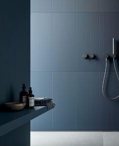 Shades er en utrolig spennende kolleksjon fra vår leverandør @decoratoribassanesi - Supermoderne Japanskinspirerte fliser med et stramt relieff-mønster. De subtile grafiske linjene gir veggene det lille ekstra. Kommer i fargene White, Dark Grey, Sand, Terracotta og Deep Blue.  --------------------------------------------- #flisinspo #flisinspirasjon #terracotta #fargedefliser #fliser #veggfliser #relieff #stripetefliser @bella_tonsberg @bella_studio