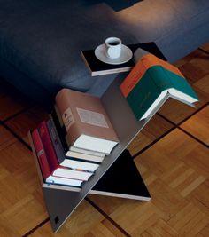 Liesmichl ist der perfekte Beistelltisch für alle Bücherfreunde. Seine extravagante Form ermöglicht es auch ein aufgeschlagenes Buch hierauf abzulegen, ohne dass es Eselsohren bekommt. Daneben bietet Liesmichl viel Platz für Taschenbücher und ist mit einer zusätzlichen kleinen Stellfläche ausgestattet, die als zusätzliche Ablage oder zum Abstellen eines Getränks dient. Gefertigt wird Liesmichl aus eloxiertem Aluminium und filmbeschichtetem Sperrholz.