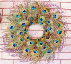 Ik heb handgemaakte voor u een prachtige krans met prachtige peacock feather ogen op een basis van wilg takje takken. De veren van het oog op deze krans zijn vrij groot en zeer briljant! Deze krans kan ook buiten worden opgehangen.  Een ander krans vindt u niet op het hele web uitzien!!  Deze one-of-a-kind krans zou bieden de ultieme Welkom op uw voordeur of toevoegen van diepte en kleur uw muur hangen. Plaats het naar beneden plat als een tabel centerpiece voor een speciale maaltijd. Het…