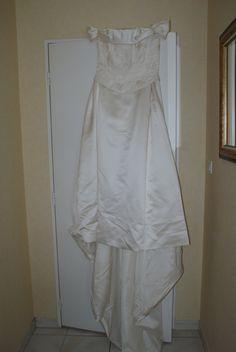 Belle robe de mariée , en satin ivoire, 3 parties une jupe avec une traine , un bustier avec des légères broderie, et un cache coeur . plus un voile