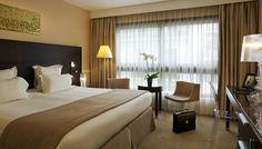 Lit king size dans la chambre supérieure avec terrasse à l\'Hotel ...