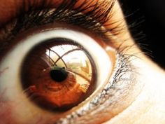 """""""Científicos descubren forma de diagnosticar la esquizofrenia con un simple examen ocular"""". NOTICIAS DE HOY. 2 NOV 2012."""