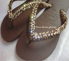 Chinelo Havaiana na cor Marrom, tecido de oncinha e fio de Strass. R$ 48,00
