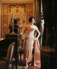 """Vicomtesse Jacqueline de Ribes is wearing the """"Ibis"""" dress from (Yves Saint Laurent) Dior's Spring/Summer 1959 Collection Longue Line, photo by Mark Shaw, Paris. Dior Fashion, Vogue Fashion, Fashion Photo, Ysl, Jacqueline De Ribes, Christian Dior, Vintage Fashion 1950s, Vintage Dior, Vintage Models"""