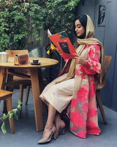 Manto street style scarf shoes Lee Girl beauty beautiful woman fashion show glas Iranian Women Fashion, Arab Fashion, Muslim Fashion, Latest Fashion For Women, Womens Fashion Online, Fashion Show, Ski Fashion, Woman Fashion, Sporty Fashion