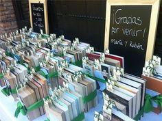 Mi compañera María Aguirre y su marido se pasaron meses buscando un libro que regalar a cada uno de los invitados. ¡Dedicatoria incluida!
