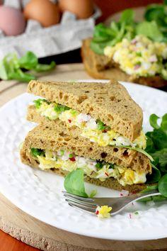Tosty z jajecznicą - pyszne śniadanie! Salmon Burgers, Mozzarella, Feta, Sandwiches, Pierogi, Breakfast, Ethnic Recipes, Morning Coffee, Paninis