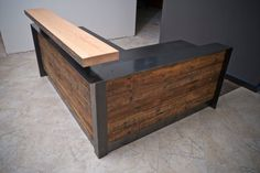 Se trata de una recepción de ADA (americanos con discapacidad). Se hace de materiales recuperados y reciclados. La longitud de la pared delantera y escritorio estándar que se muestra es de 84 de ancho x 42 de alto que es el retorno de ADA 48. Viene con dos ojales de chase de cable y un gabinete del archivo. El escritorio se hace muy bien. Se sienta en una estructura metálica completa y está revestido en madera recuperada. Madera recuperada es imposible emparejar totalmente. Hacemos nuestro…