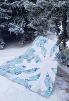 Created with signature low volume fabrics and a scrappy look, this is a fresh interpretation of Modern Handcraft's Snowflake Quilt pattern. Snowflake Quilt, Snowflake Pattern, Snowflakes, Quilting Projects, Sewing Projects, Two Color Quilts, Blue Quilts, Bird Quilt, Winter Quilts