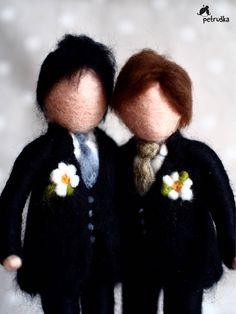 Homo huwelijk Dit echtpaar is ongeveer 7 inch hoog, op een houten sokkel - natuurlijke vorm. Gemaakt van wol en draad, met liefde. Alle soorten maatwerk is mogelijk. Dank u voor het bezoeken van mijn winkel, u bent van harte welkom om te zien mijn andere producten in mijn