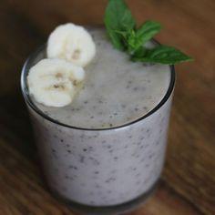 Banánové smootie - chia semínka patří mezi superpotraviny (superfood) a není… Fruit Juice, Sweet Cakes, Cocktail Recipes, Smoothies, Oatmeal, Food And Drink, Pudding, Vegan, Drinks