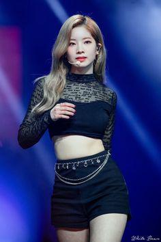 Music Bank in Hong Kong Momo Mina Dahyeon Chaeyoung performing 'Move' by Taemin Kpop Girl Groups, Korean Girl Groups, Kpop Girls, Stage Outfits, Kpop Outfits, Moda Kpop, Twice Dahyun, Twice Kpop, Looks Style