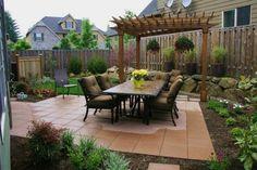 comedor en el jardín con pérgola de madera teca