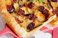 La torta salata con melanzane, scamorza e pomodori secchi sott'olio è un piatto ricco di sapore, croccante e morbido al tempo stesso. Ecco la ricetta