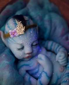 In light of the 10 year anniversary of Avatar and with all the talk about the sequel, we thought we'd revisit the Na'vi babies. Many are familiar with the Reborn type dolls. We don't cover them here but we do discuss Silicon Avatar Baby Doll and more. Avatar 2 Film, Avatar Foto, Avatar Baby Doll, Avatar Babies, Silikon Baby, Bebe Love, Reborn Baby Boy Dolls, Silicone Reborn Babies, Character And Setting