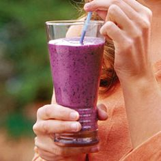 Fresh or frozen blueberries are deliciously tart, but also rich in vitamin C and fiber. Combined with soy milk and yogurt, this makes a refreshing snack.