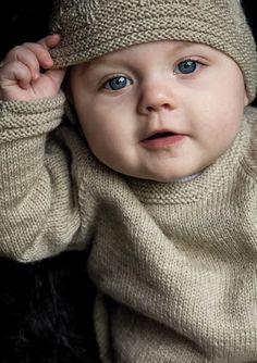 <p>Smart smart finurligt og flot lille sæt til den lille pige. Strikket i Mayflower Easy Care. Sættet med den lille Knitting For Kids, Baby Knitting Patterns, Free Knitting, Baby Barn, Inspiration For Kids, Drops Design, Garter Stitch, Baby Design, Diy Baby