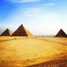 Les pyramides de Gizeh font partie de ces endroits mythiques que l'on identifie au premier coup d'oeil! Le meilleur du patrimoine égyptien dans mon prochain article sur vie-inoubliable.com