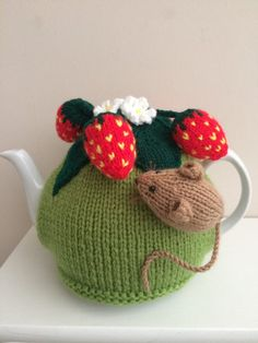 Pesky field mouse in the strawberry patch. Will fit pint tea pot, other sizes made to order just ask! Tea Cosy Knitting Pattern, Tea Cosy Pattern, Knitting Patterns, Sewing Patterns, Knitting Ideas, Knitting Projects, Ravelry, Knitted Tea Cosies, Applique Cushions