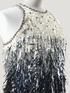 Yves Saint Laurent Haute Couture, automne-hiver 1967-1968. Robe du soir entièrement brodée de plumes de rhodoïd sur fond de paillettes par la Maison Lesage. Détail