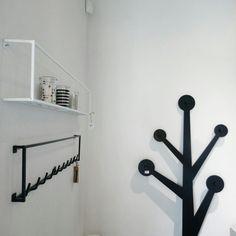 #nordicdecoration #nordic #blackandwhite #whitewalls #hanger #shelf #metal #candle #homedecor #interior