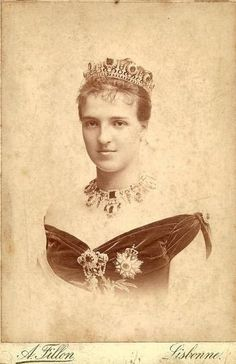 Amelia, Queen of Portugal. Royal Tiaras, Tiaras And Crowns, Amelie, Portuguese Royal Family, History Of Portugal, Casa Real, Cultura General, Glamour Shots, Royal Jewelry