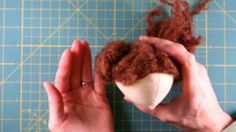 Comment faire la chevelure d'une poupée de tissu avec de la laine. || How to make a ragdoll's hair using yarn.
