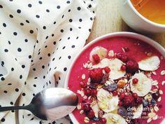 Raspberry-musli-banana breakfast. More: https://www.facebook.com/drkuktart