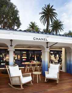 La boutique éphémère Chanel à Saint-Tropez http://www.vogue.fr/mode/news-mode/diaporama/la-boutique-ephemere-chanel-a-saint-tropez/18607