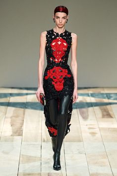 Alexander McQueen Fall 2020 Ready-to-Wear Fashion Show - Vogue 2020 Fashion Trends, Fashion 2020, Runway Fashion, Fashion News, High Fashion, Daily Fashion, Street Fashion, Fashion Hub, Feminine Fashion