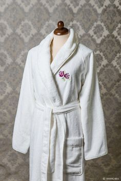 The Peony  bathrobe is made of terry cloth. The embroidery design has been  made 1e06da330