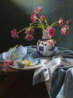 Натюрморт с розовыми тюльпанами и кусочком лимона.