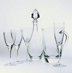 Cristalería de 48 piezas en cristal Sèvres soplado en campana cuadrangular compuesta por: 12 copas de agua, 12 copas de vino tinto, 12 copas de vino blanco y 12 copas de champagne. Su diseño cuadrado sorprenderá a los puristas de Sèvres con este modelo que homenajea al Centro Pompidou de París.