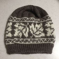 Ravelry: Maple Leaf Hat-Muster von Catherine Wolf , Ravelry: Maple Leaf Hat pattern by Catherine . Fair Isle Knitting Patterns, Knitting Charts, Loom Knitting, Knit Patterns, Free Knitting, Knit Or Crochet, Crochet Hats, Crochet Birds, Crochet Food