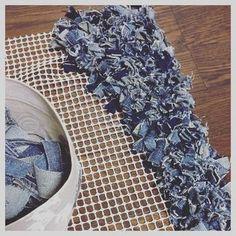 New Ideas For Patchwork Jeans Diy Denim Rug Artisanats Denim, Denim Rug, Jean Crafts, Denim Crafts, Blue Jean Quilts, Denim Ideas, Creation Deco, Patchwork Jeans, Recycle Jeans