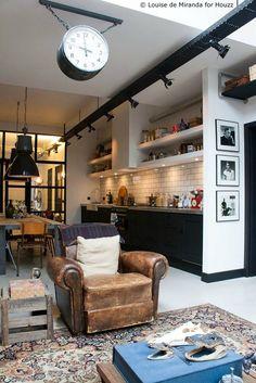 Dans ce loft au style industriel, la cuisine n'occupe qu'un pan de mur et est intégrée dans l'espace à vivre.