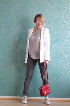 Weißer Blazer mit grauer Jeans