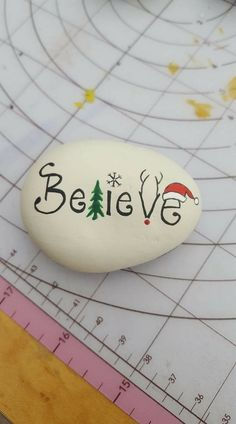 If you are looking for Diy Christmas Painted Rock Design Ideas, You come to the right place. Here are the Diy Christmas Painted Rock Design Ideas. Stone Crafts, Rock Crafts, Christmas Projects, Holiday Crafts, Crafts With Rocks, Arts And Crafts, Christmas Rock, All Things Christmas, Christmas Ornaments