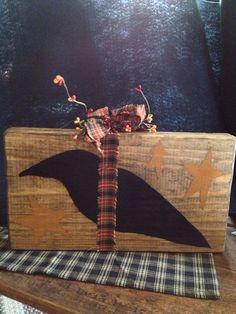 Primitive Black Crow with Stars Shelf Accent Primitive Signs, Primitive Fall, Primitive Crafts, Country Primitive, Crafts To Do, Fall Crafts, Holiday Crafts, Crow Bird, Barn Wood Crafts