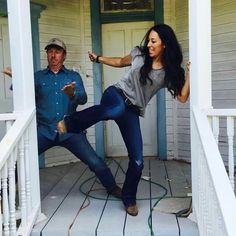 Joanna and Chip Team Up on Demo Day - - Down in Waco, TX, Chip and Joanna Gaines have been hard at work on the third season of their HGTV hit Fixer Upper for many months. It's a busy time for the. Fixer Upper Tv Show, Fixer Upper Joanna, Gaines Fixer Upper, Magnolia Fixer Upper, Fixer Upper House, Chip Und Joanna Gaines, Magnolia Joanna Gaines, Joanna Gaines Style, Chip Gaines